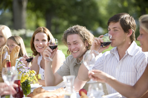 Group of guests drinking wine at an outdoor receptionの写真素材 [FYI02125501]