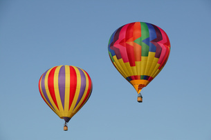 Low angle view of hot air balloons against blue sky, Balloon Festival, Albuquerque, New Mexico, USAの写真素材 [FYI02125588]