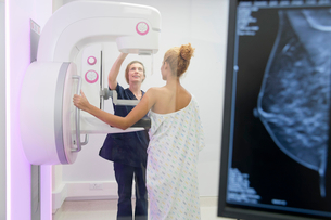 Hospital Radiographer Giving Mammogram To Female Patientの写真素材 [FYI02125598]