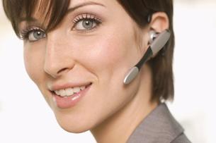 Portrait of smiling female telemarketerの写真素材 [FYI02125604]