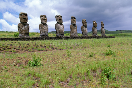 View of moai statues against cloudy sky, Chile, Easter Island (Rapa Nui)の写真素材 [FYI02125609]