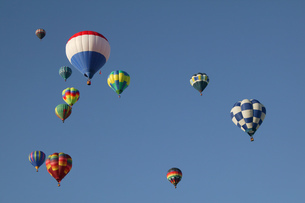Low angle view of hot air balloons against blue sky, Balloon Festival, Albuquerque, New Mexico, USAの写真素材 [FYI02125633]