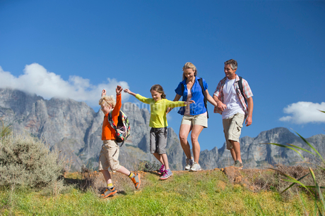 Family hiking on a mountain pathの写真素材 [FYI02125651]