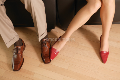 Overview of businessman and woman playing with their feetの写真素材 [FYI02125686]