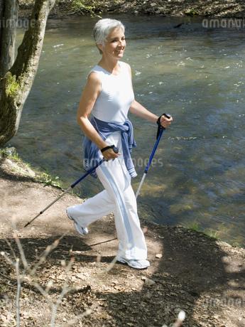 Senior woman walking on nature trailの写真素材 [FYI02125713]