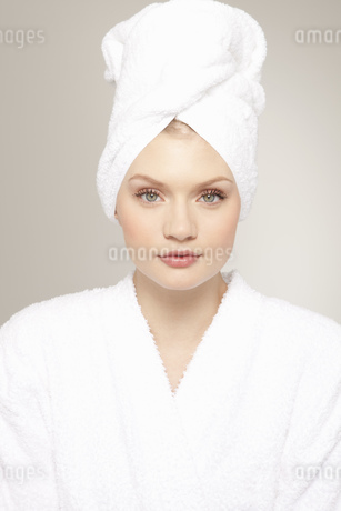 Portrait of young woman wrapped in white towelの写真素材 [FYI02125721]
