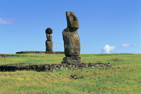 View of moai statues against blue sky, Chile, Easter Island (Rapa Nui)の写真素材 [FYI02125759]