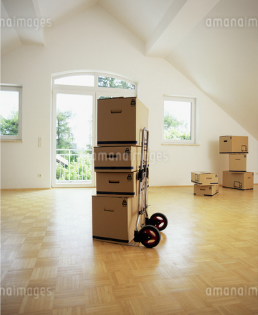 View of unpacked boxes in an empty roomの写真素材 [FYI02125767]