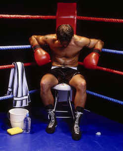 Portrait of a boxer resting in the corner of the ringの写真素材 [FYI02125825]