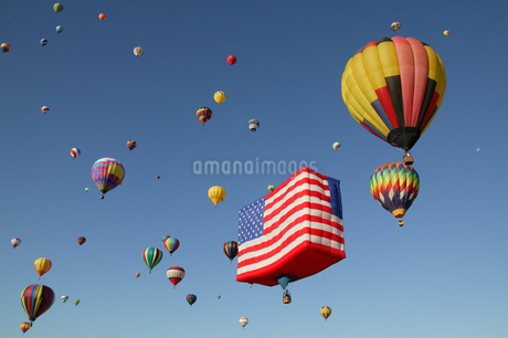 View of hot-air balloons against blue sky, Balloon Festival, Albuquerque, New Mexico, USAの写真素材 [FYI02125860]