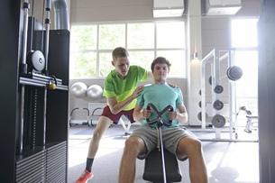 Teenage boys training in gymの写真素材 [FYI02125886]