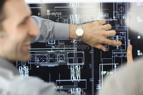 Architect showing plans to colleagueの写真素材 [FYI02125893]