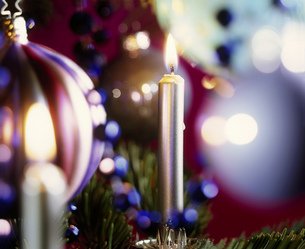 Detail view of candles and a Christmas ornamentの写真素材 [FYI02125909]