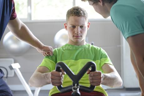 Teenage boys training in gymの写真素材 [FYI02125919]