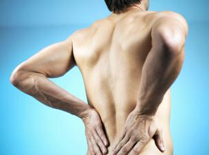 Portrait of a man rubbing his backの写真素材 [FYI02125993]
