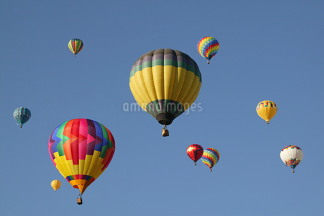 Low angle view of hot air balloons against blue sky, Balloon Festival, Albuquerque, New Mexico, USAの写真素材 [FYI02126021]