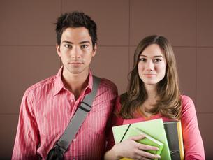 Couple with school books and school bagの写真素材 [FYI02126054]