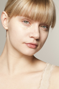 Portrait of young woman wearing make up dotted under eyeの写真素材 [FYI02126057]