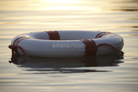 Flotation device floating in waterの写真素材 [FYI02126101]
