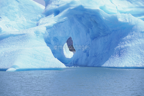 View of an iceberg and Lago Argentino, Patagonia, Argentinaの写真素材 [FYI02126104]