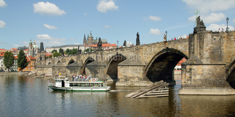 View of Charles Bridge in Pragueの写真素材 [FYI02126144]