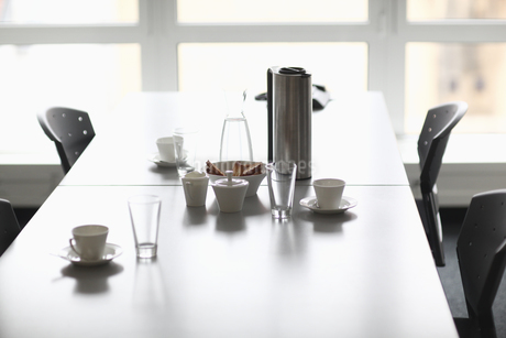 Coffee pot and cups on conference room tableの写真素材 [FYI02126152]