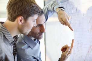 Architect explain plans to colleague in officeの写真素材 [FYI02126162]