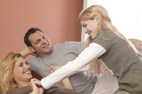 View of a married couple playing with their daughterの写真素材 [FYI02126171]