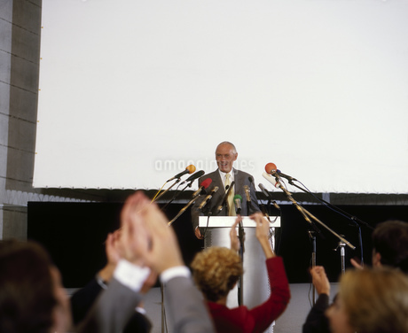 Businessman speaking at conferenceの写真素材 [FYI02126176]
