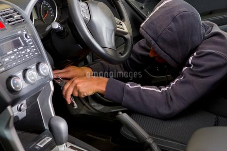 Car thief hotwiring car to stealの写真素材 [FYI02126210]