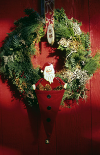 View of a Christmas wreath hanging on a doorの写真素材 [FYI02126257]