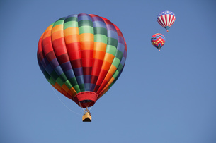 Low angle view of hot air balloons against blue sky, Balloon Festival, Albuquerque, New Mexico, USAの写真素材 [FYI02126272]