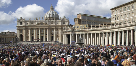 Saint Peterユs Square filled with people, Saint Peterユs Basilica, Rome, Italyの写真素材 [FYI02126359]