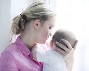 Teenage girl holding baby boy, close upの写真素材 [FYI02126399]