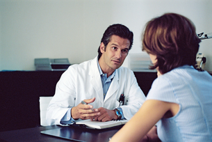 Male doctor talking to a female patientの写真素材 [FYI02126415]