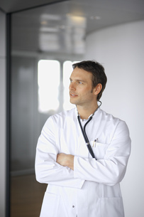 Male doctor with arms crossed looking to sideの写真素材 [FYI02126438]