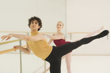 A ballet teacher and student practicing a position togetherの写真素材 [FYI02126464]