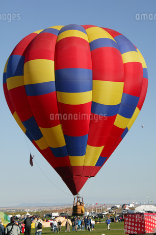 View of hot air balloons over Albuquerque, Balloon Festival, Albuquerque, New Mexico, USAの写真素材 [FYI02126481]