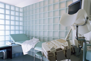 View of an empty examination room with an ultrasound machine in the foregroundの写真素材 [FYI02126486]