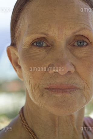 Close up of senior woman outdoorsの写真素材 [FYI02126506]