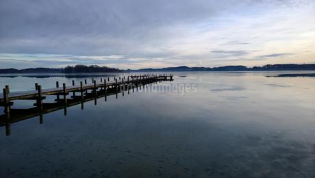 Jetty at Bachern, Lake Woerthsee, Starnberg, Bavaria, Germany, Europeの写真素材 [FYI02126535]