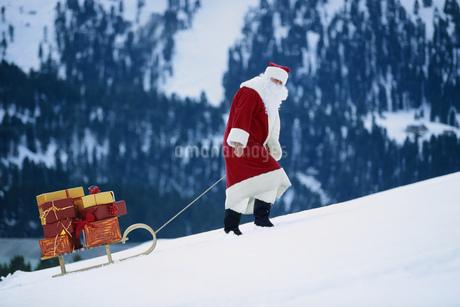 Santa Claus pulling sledの写真素材 [FYI02126538]