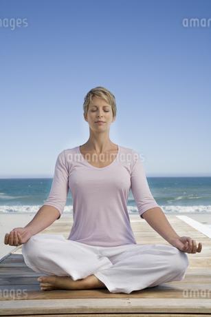 Woman doing yoga on patioの写真素材 [FYI02126555]