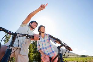 Senior couple mountain biking on country trackの写真素材 [FYI02126590]