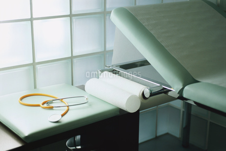 Detail view of a stethoscope on a table beside an examination tableの写真素材 [FYI02126593]