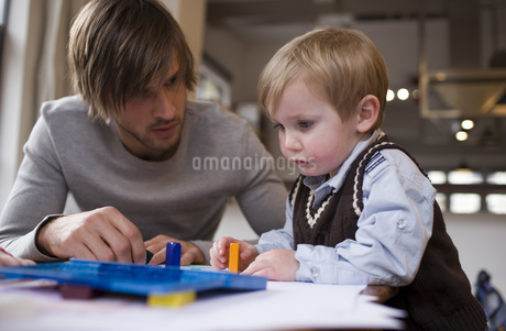 Father and young son coloringの写真素材 [FYI02126598]