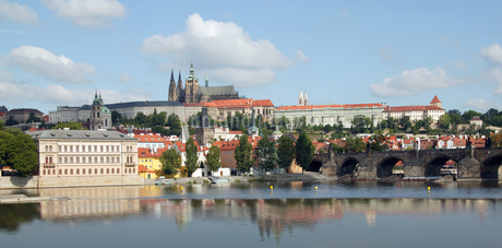 View of castle and bridge in Pragueの写真素材 [FYI02126608]