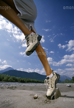 Close up, man jumping into the airの写真素材 [FYI02126629]