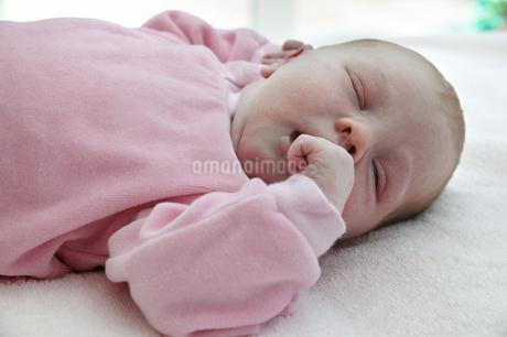 Baby girl, 1 week oldの写真素材 [FYI02126645]