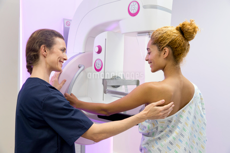 Hospital Radiographer Giving Mammogram To Female Patientの写真素材 [FYI02126666]